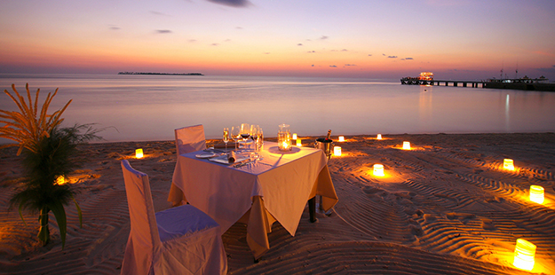 Wakatobi Romantic Dinner on Beach-02_WDR