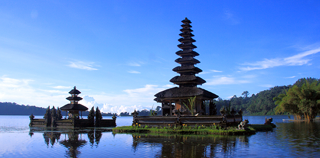 Lake view and temple in Bali_WDR
