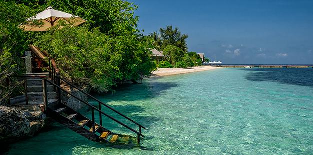 Step down to the beach Wakatobi villa_Didi Lotz
