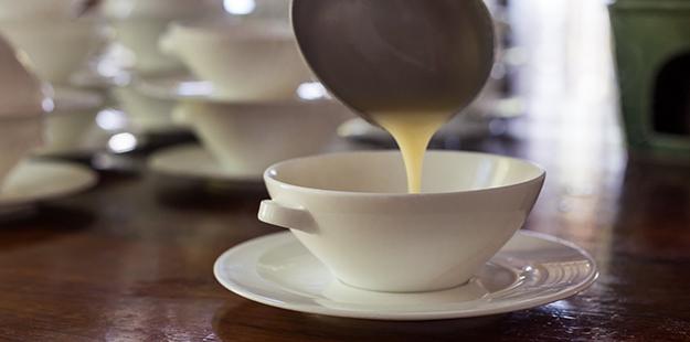 Soup pouring_I10A9616