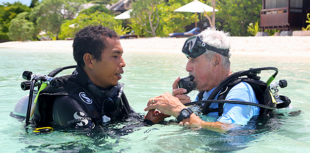 Komang and Herb prepare for the dive in front the dive center